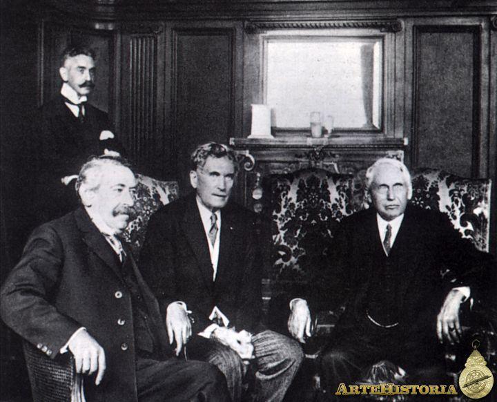 Briand, Herryck y Kellog posan tras la firma del pacto Briand-Kellog